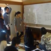 グループワークを行う学生
