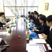 片岡社長へインタビューをする学生チーム