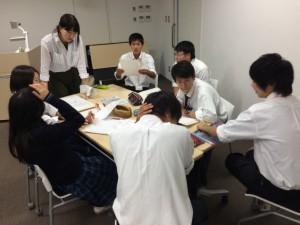 グループワークで問いかける学生